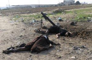 Тела двух палестинских боевиков лежат возле своих минометов после израильского артобстрела в Газе. 16 ноября 2008. REUTERS/Stringer