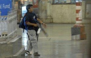 21-летний Аджмал Касаб, один из десяти пакистанских террористов, совершивших нападение в Мумбаи, Индия. В течении трёх дней от рук террористов погибло более 170 человек, в результате индийскими спецслужбами были уничтожены все террористы, кроме Касаба. 26 ноября 2008 год. AP Photo/Mumbai Mirror, Sebastian D'souza