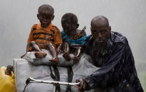 Люди возвращаются в свои деревни, Кибумба и Ругари, к северу от столицы провинции Гома, Конго. Несколько тысяч людей покинули свои дома, из-за боев между повстанцами и правительственными войсками на востоке Демократической Республики Конго, после информации о прекращении огня люди начали возвращаться домой. 2 ноября 2008 год. YASUYOSHI CHIBA/AFP/Getty Images