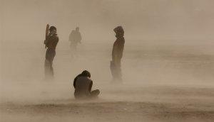 Игроки в крикет оказались в песчаной буре. Кабул, Афганистан. 31 марта 2008 год. REUTERS/Ahmad Masood