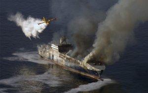 Противопожарный самолет сбрасывает воду на горящее турецкое судно в водах близ города Ровинь, Хорватия, в северной части Адриатического моря. 6 февраля 2008 год. AP Photo/FILE