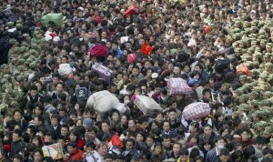 Солдаты пытаются поддерживать порядок среди толпы пассажиров в железнодорожной станции в Гуанчжоу, провинция Гуандун. 3 февраля 2008 год. REUTERS/Daniel Chan