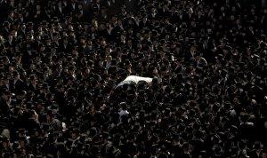 Тысячи израильских ортодоксальных евреев присутствовали на похоронах Arieh Levish Teitelbaum, одного из израильских жертв нападений в Мумбаи. Плача и читая псалмы, тысячи людей, прощались с шестью евреями, убитыми в результате нападений в Мумбаи, чьи тела были доставлены в Израиль для захоронения. 2 декабря 2008 год. JONATHAN NACKSTRAND/AFP/Getty Images