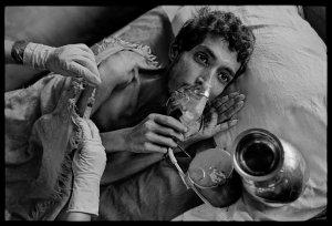 Пациент с лёгочным туберкулёзом в больнице Мумбаи, Индия, получает ежедневные инъекции, а также порции кислорода. Фотожурналист James Nachtwey поведал нам (с помощью фотографии) рассказ о новом опасном виде туберкулеза устойчивого к лекарствам. © James Nachtwey/VII